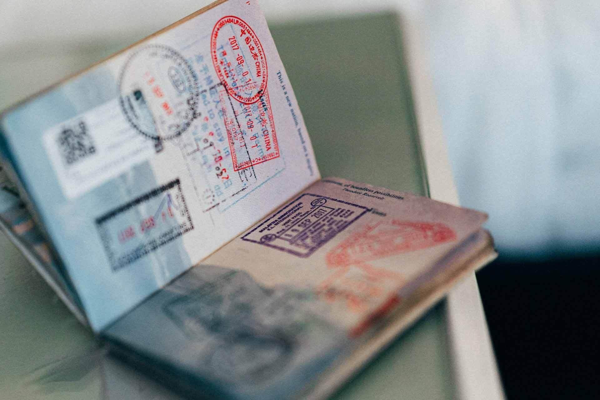 Passeport ouvert sur une table